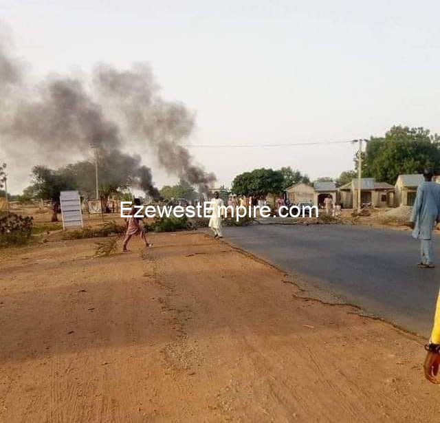 Zamfara high way blocked by youths over kidnappings in the State, destroying vehicles